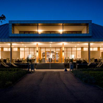 clubhuis avond terras