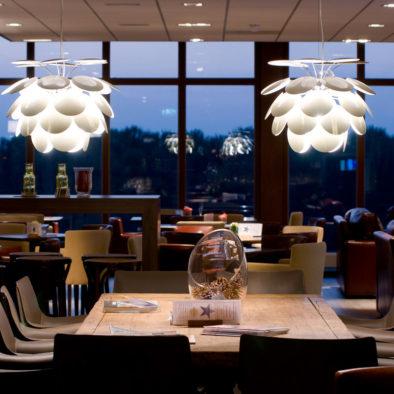 houten tafel en lamp avond